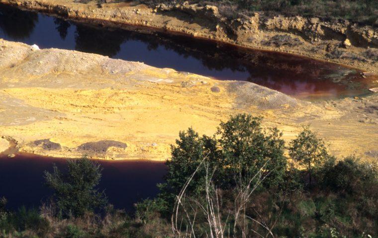 il-lago-rosso-della-solforata-di-pomezia