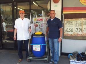 contenitore olio usato davanti supermercato Conad