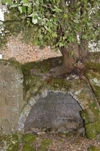 grotte un tempo abitabili sotto il castello d'Ischia