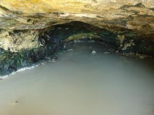 sorgente sulfurea all'interno della grotta del fauno