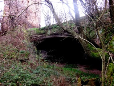 Accesso alla grotta di Torraccio sulla sinistra la Torre