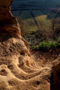 le ripide scale che portano alla grotta di Grottarossa