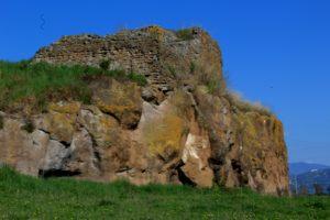 l'acrocoro di roccia sul quale fu edificata la torre di Albuccione