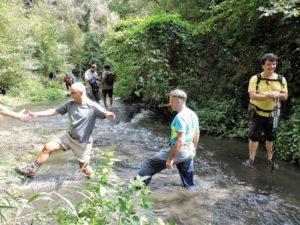 Guado sotto Veio per raggiungere le antiche terme - foto di S.Fianchini