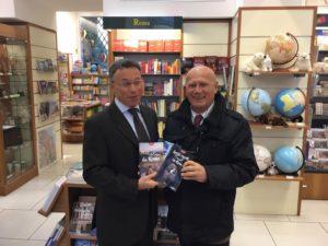 luigi plos con le guide che ha scritto - nella libreria del TCI - foto di F. Braghetta