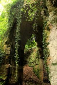 Le strade dei romani - all'ingresso delle cave di Grotta Oscura