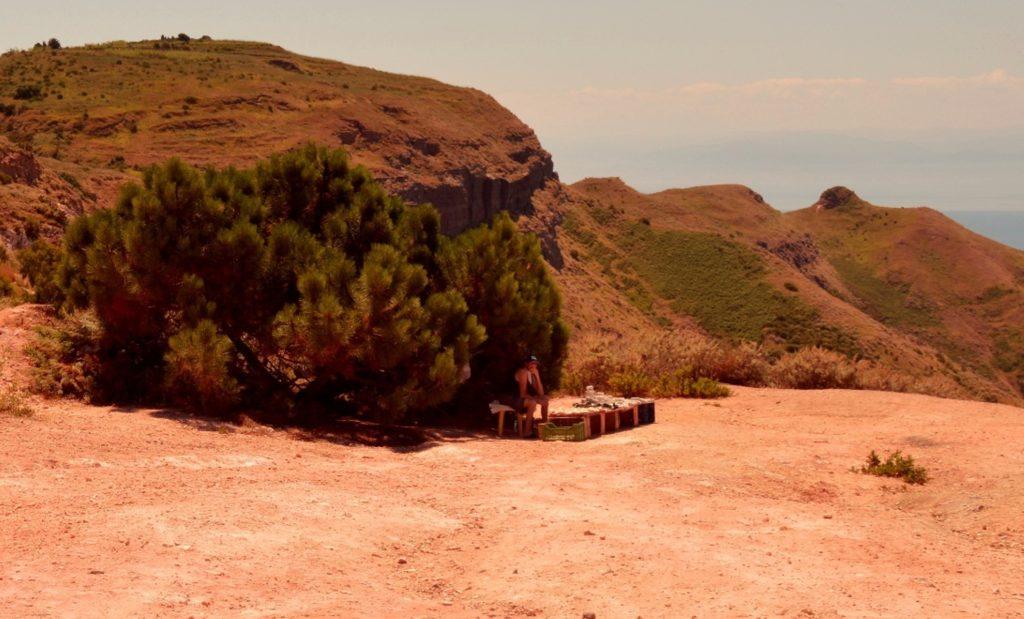 luoghi segreti e politica: la vecchina che vende pietre laviche nelle cave di caolino
