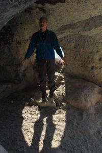 Lorenzo fissa la corda a se stesso nella Grotta di Grottarossa