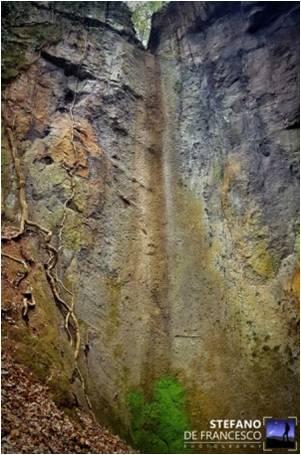 luoghi segreti e piogga. Cascata fossile a S: Vittorino
