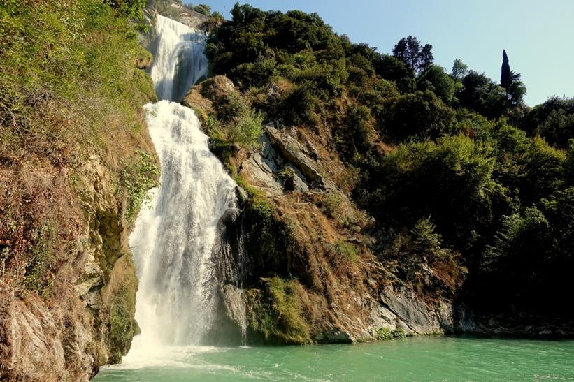 la cascata dell'Aniene dal basso in estate - foto di M. Bordini