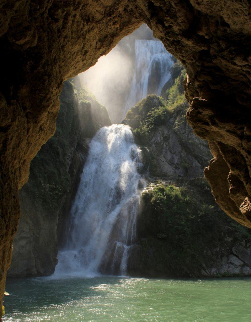 Coronavirus e Turismo di Comunità. Seconda parte. La cascata grande dell'Aniene vista dal fondo della forra. Foto di Giulio Giuliani