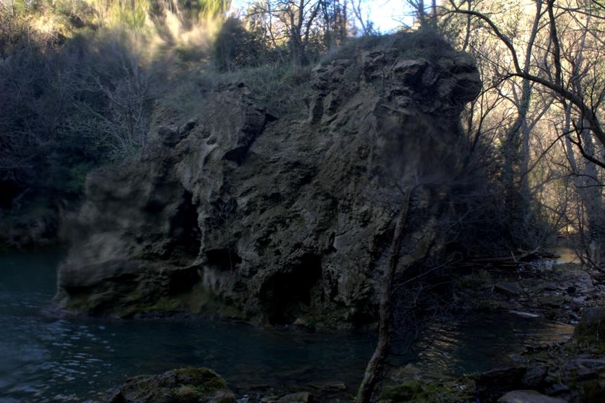il masso traforato sotto la cascata dell'Aniene