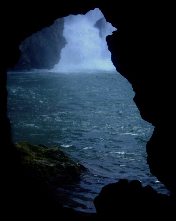 la cascata vista dal foro nel macigno