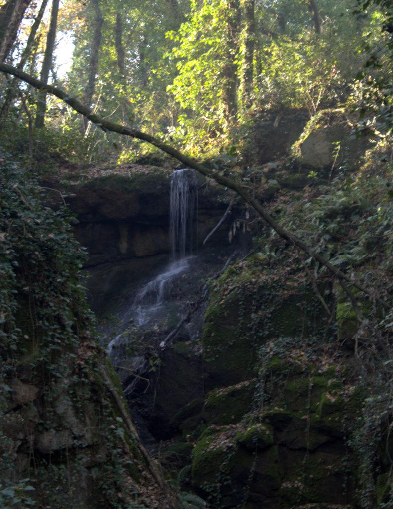 una cascata si getta nel fosso dell'Acqua Nera