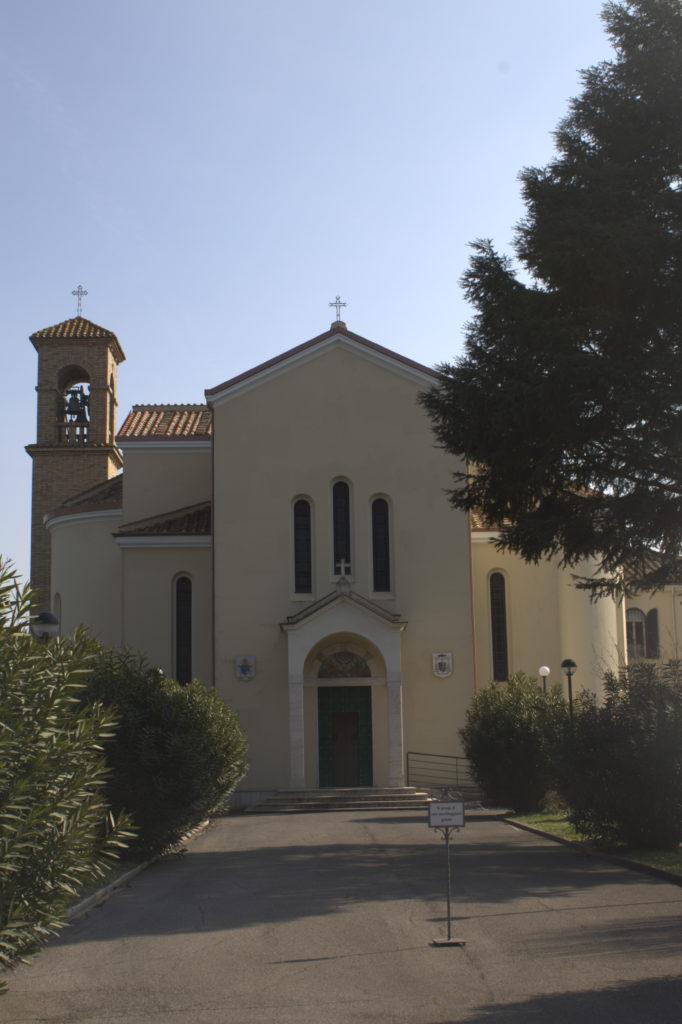 la chiesa a servizio della comunità di Tenuta Molinario lungo il grande anello in bici di Roma Nord