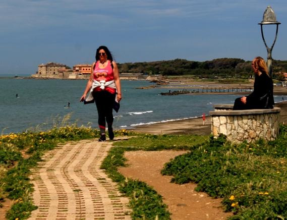 dalla villa romana verso il castello di Palo Laziale (il mare di Roma)