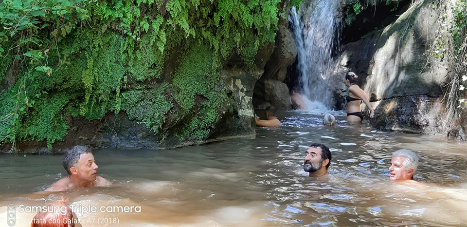 escrusioni del 2019 acqua trekking - nuotata sotto la cascata dell'Ogliararo - foto di A. D'A