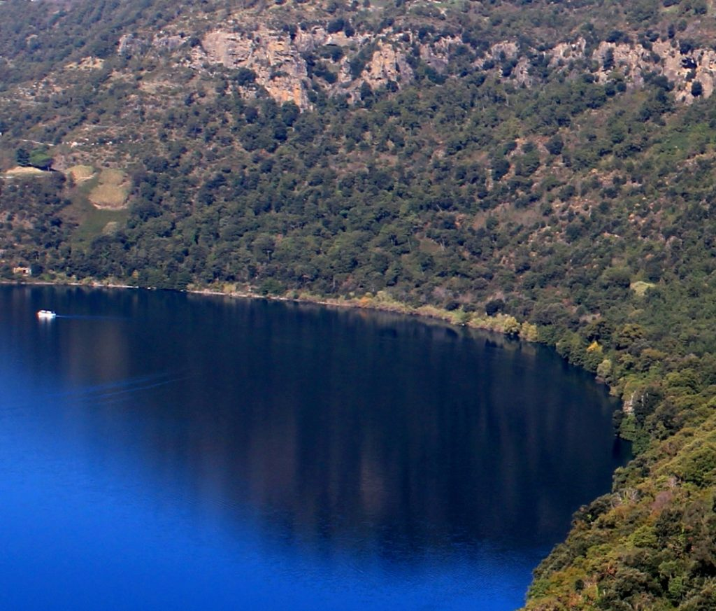il lago Albano con in lontananza le grotte di Battiferro