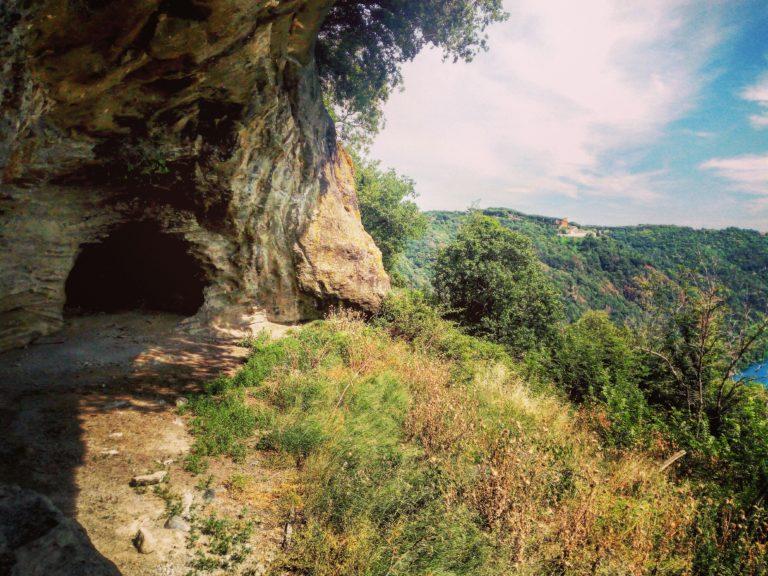 all'entrata delle grotte di Battiferro - foto di Alessandra Nemora