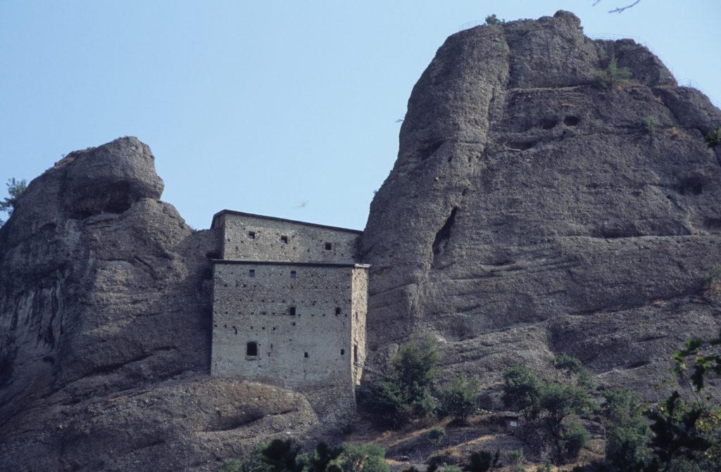 luoghi segreti e coronavirus - Castelpietra presso Genova - E non le Meteore in Grecia.