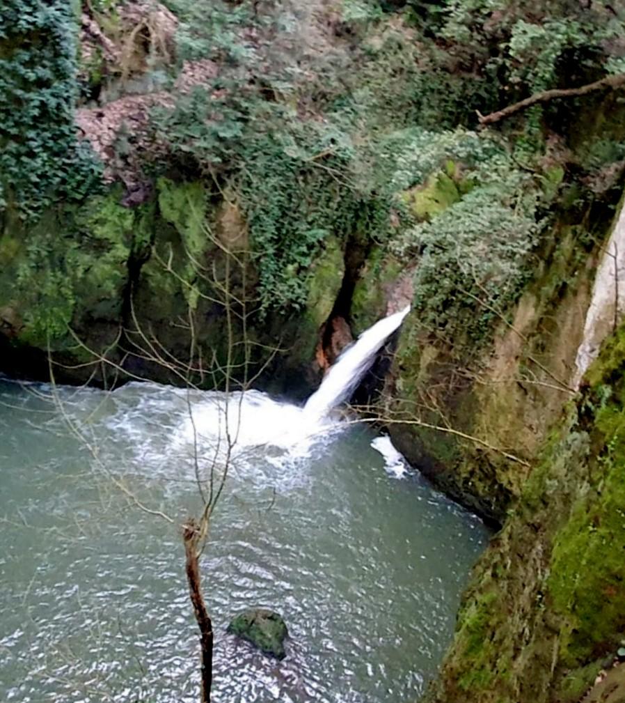 Comunicato Stampa inerente la Sesta Guida ai Luoghi Segreti a due passi da Roma. Una delle cascate presso Galeria.